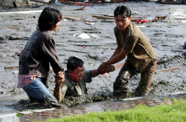 سكّان إقليم بابوا شرق أندوسيا يحاولون إنقاذ أحدهم