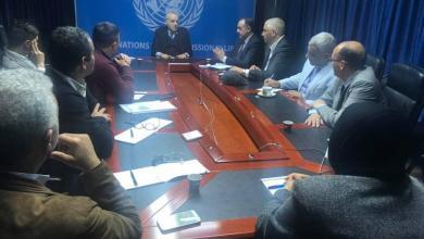 غسان سلامة مع عدد من الناشطين المدنيين 