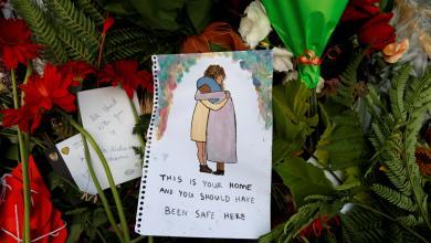 أهالي كرايستشيرش يضعون الزهور في موقع تذكاري لضحايا إطلاق النار في المسجدين- رويترز