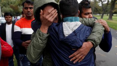 أحد أفراد الجالية البنجلاديشية في نيوزيلندا متأثرا لمقتل أحد أقاربه- رويترز