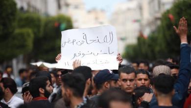 Photo of طلبة غاضبون يُطالبون بمنحهم وعبد الجليل يكتفي بالتضامن