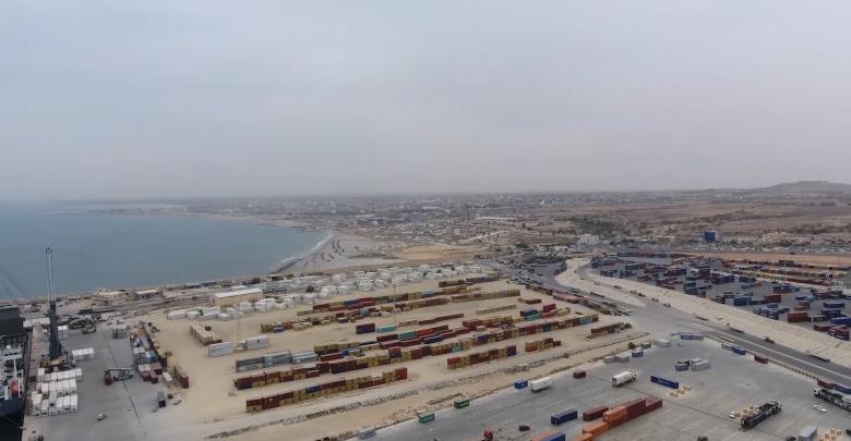 Photo of وصول مئات حاويات البضائع إلى ميناء الخمس
