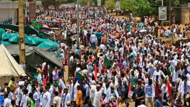تجمع المهنيين طالب السودانيين بمواصلة الاعتصام