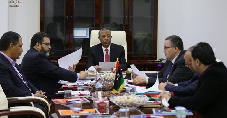 رئيس مجلس وزراء الحكومة الليبية المؤقتة عبدالله الثني وبحضور عدد من الأعضاء في اللجنة