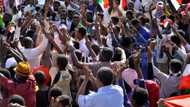 """صورة السودانيون يُسقطون """"الثاني"""" ويمضون بالاحتجاجات"""