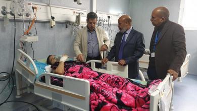 Photo of ابن عمر والطاهر يتفقدان جرحى طرابلس