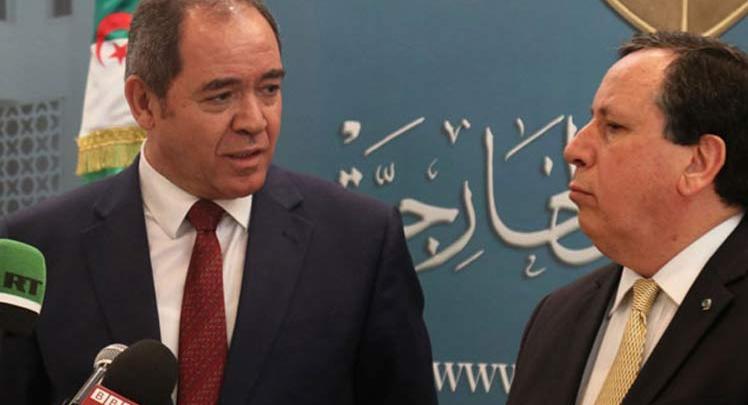 وزير الخارجية الجزائري صبري بوقادوم مع نظيره التونسي خميس الجهيناوي
