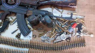 صورة أمن بنغازي يطيح بشخص يحوز أسلحة متنوعة