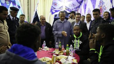 """صورة """"الثني"""" يزور المهاجرين """"غير القانونيين"""" في بنغازي"""