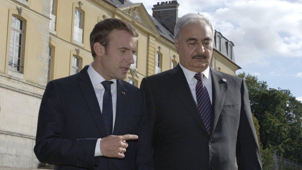 القائد العام للجيش الوطني المشير خليفة حفتر والرئيس الفرنسي إيمانويل ماكرون - ارشيفية