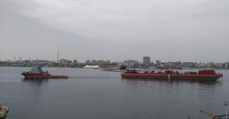 """قاطرتان لعملية انتشال السفينة """"اتلنتك بيش"""" - ميناء طرابلس"""