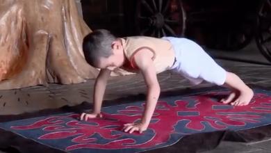صورة طفل روسي يحطم الرقم القياسي لتمرين الضغط