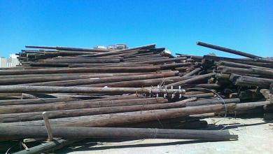 صورة الهيئة العامة للكهرباء تستلم أول شحنة أعمدة خشبية