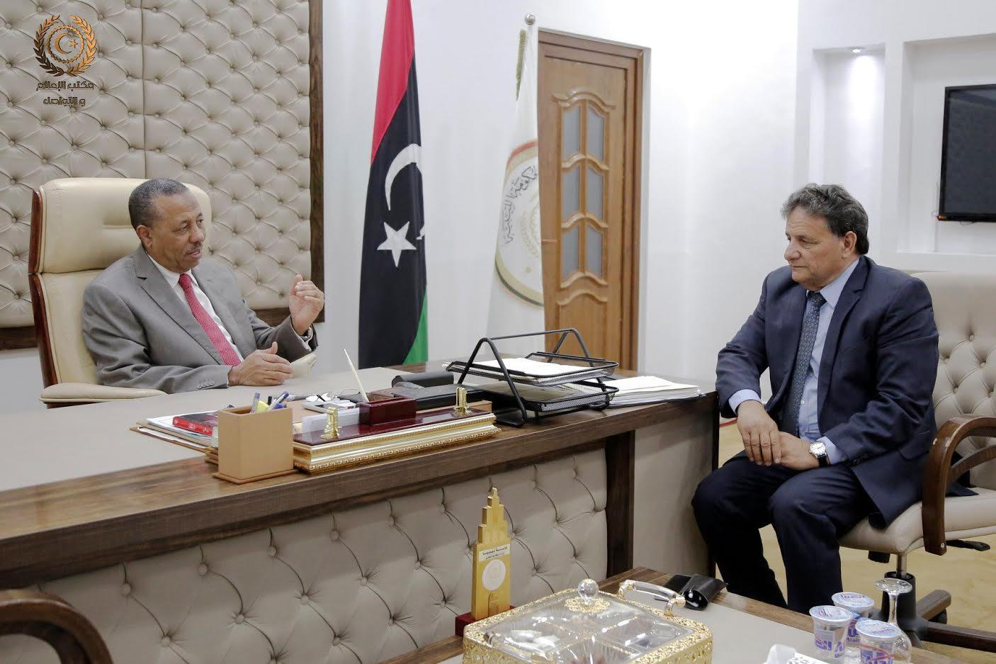 اجتماع رئيس الحكومة المؤقتة عبدالله الثني مع وزير الصحة سعد عقوب