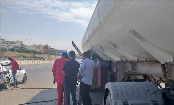 شركة البريقة تخصص صهاريج متنقلة لتوزيع الوقود في شوارع طرابلس