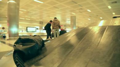Photo of مسافرة تحاول الصعود إلى الطائرة عبر حزام الأمتعة