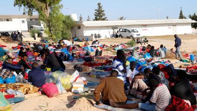 """مهاجرون في مركز إيواء تاجوراء بعد القصف - """"رويترز"""""""