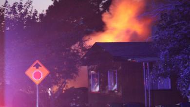 """منزل يحترق بعد زلزال في ريدجكريست ، كاليفورنيا - """"صورة عن رويترز"""""""