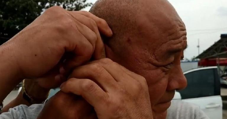 نتيجة بحث الصور عن Kung fu master in China pulls two cars with one ear