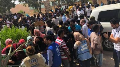 Photo of مئات المهاجرين يغادرون مركز إيواء تاجوراء