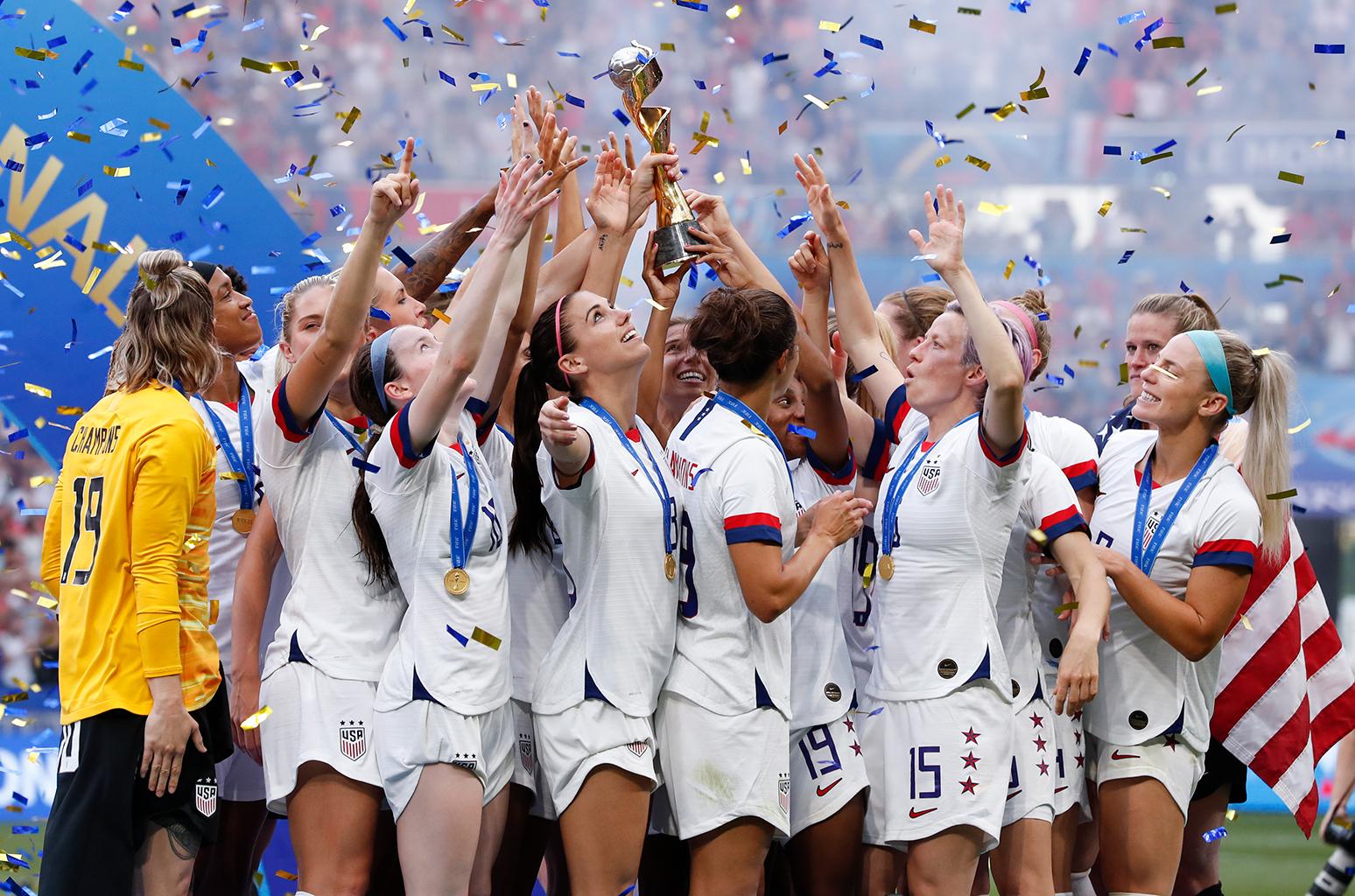 womens football teams arrive - HD1548×1024
