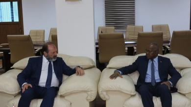 وزير العمل في حكومة الوفاق المهدي الأمين مع الممثل لبرنامج الأمم المتحدة الإنمائي في ليبيا جيراردو نوتو