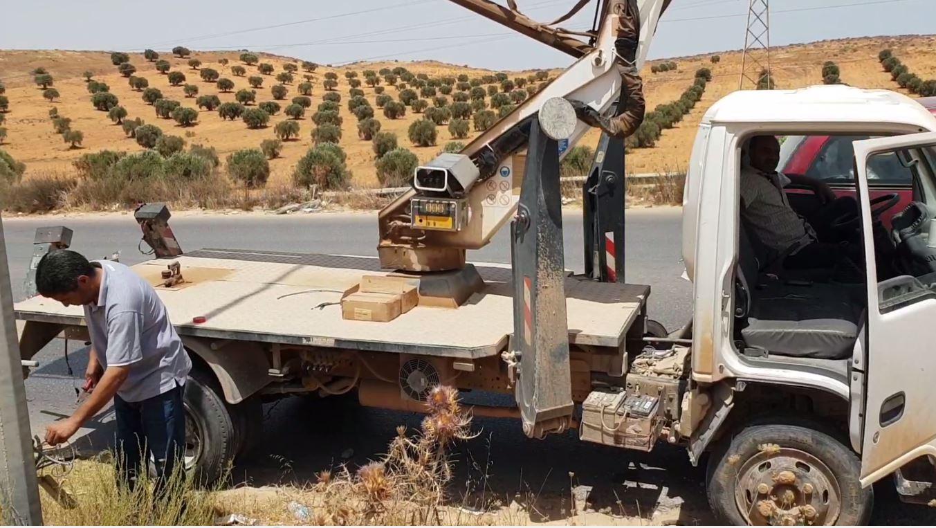 فريق الصيانة بدائرة الإنارة بالشركة العامة للكهرباء بترهونة في حملة لصيانة أعمدة الطريق الرابط مع الخضرا