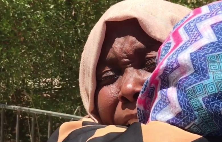 سيدة من نازحي مرزق تحكي باكية عن فصول رعب شهدتها مع عائلتها أثناء الاعتداء على مدينتها وبيتها