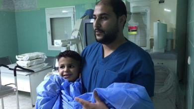 الطفل عبدالرحمن شعيب في طريقه إلى غرفة العمليات - أول عملية زراعة قوقعة في مركز طبرق الطبي