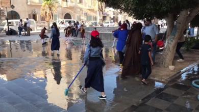 صورة شباب طبرق ينظفون ميادينها والحدائق