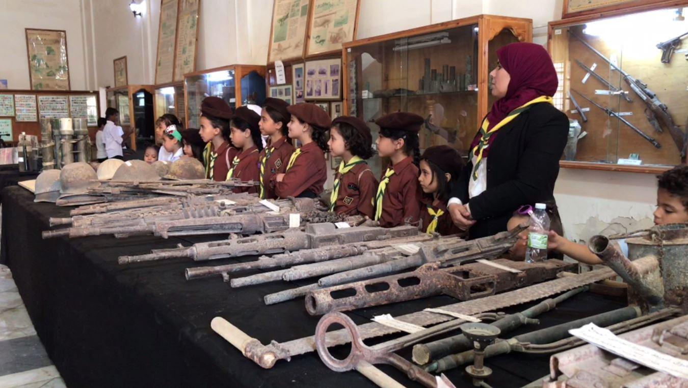 أسلحة ومواد حربية قديمة من الحرب العالمية الثانية التي شهدت طبرق جانباً منها