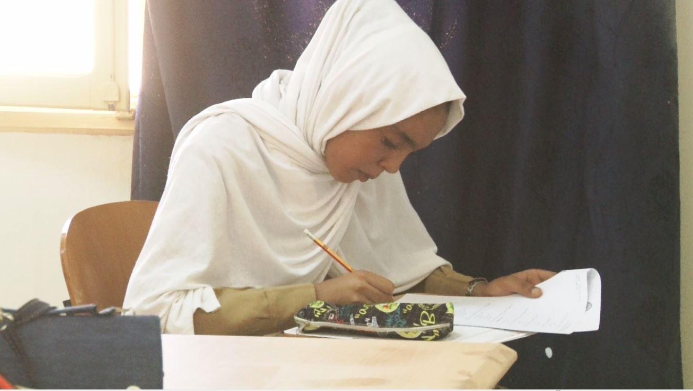 طالبة من تراغن في أولى أيام  امتحانات إنهاء المرحلة الثانوية