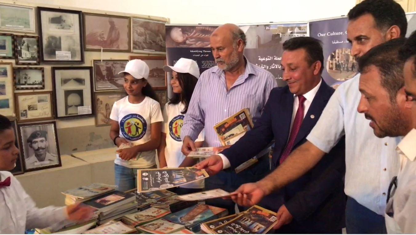 رئيس مصلحة الآثار بالحكومة المؤقتة أحمد حسين في مقدمة المحتفلين بمتحف طبرق الوطني