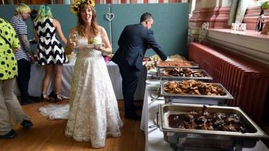 """صورة عروسان بخيلان يطعمان المدعوين """"بقايا الأكل"""""""