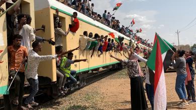 """Photo of السودانيون يفتحون """"صفحة جديدة"""" من تاريخ البلاد"""