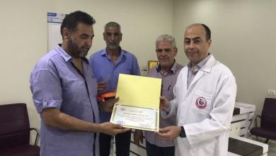 Photo of طبيب يتطوع لعلاج المرضى في صرمان