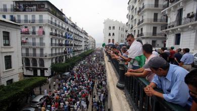 Photo of الجزائريون يواصلون الاحتجاجات المطالبة برحيل رموز الفساد