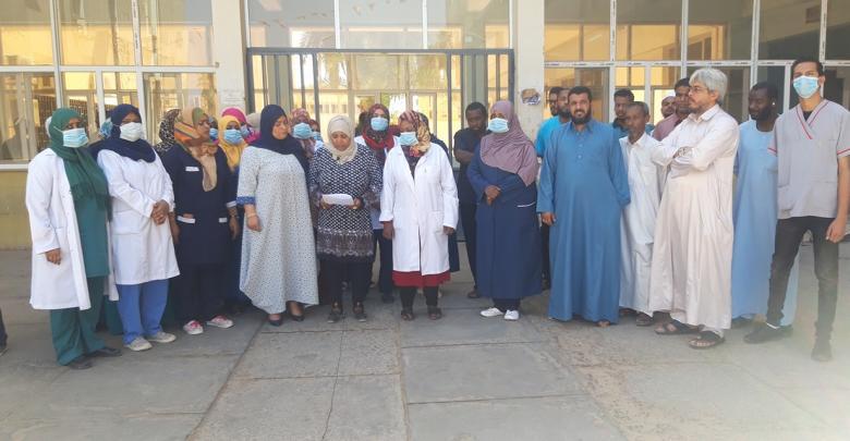 وقفة احتجاجية للعناصر الطبية والتمريضية والإدارية بمركز سبها الطبي