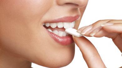 صورة العلكة وصحة الأسنان.. دراسة تُنهي الجدل