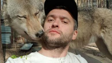 Photo of روسي ينجح في تكوين صداقة مع الذئاب