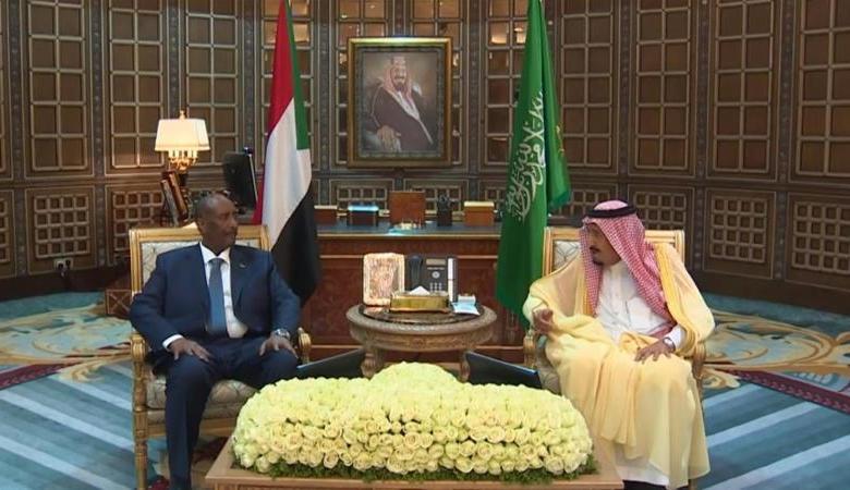 الملك سلمان بن عبد العزيز ورئيس مجلس السيادة الانتقالي في السودان عبد الفتاح البرهان