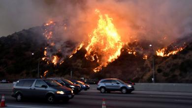 Photo of إجلاء 180 ألف شخص بعد اندلاع الحرائق في كاليفورنيا
