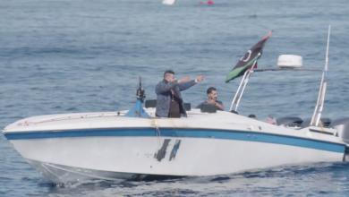 Photo of مسلحين على متن زورق يحمل علم ليبيا يطلقون النار على سفينة إنقاذ