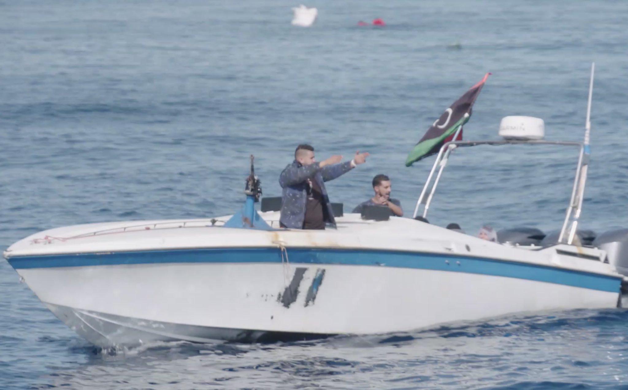 مسلحين على متن زورق يحمل علم ليبيا يطلقون النار على سفينة إنقاذ ألمانية