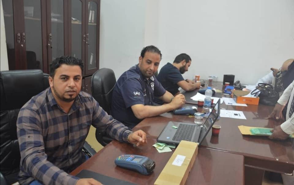 توزيع بطاقات ائتمانية للعائلات النازحة من طرابلس في زليتن