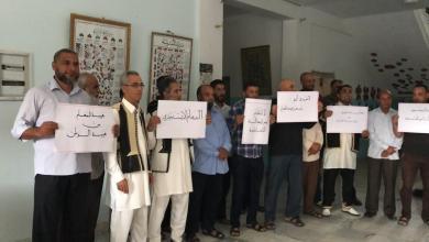 Photo of معلمون في صبراتة يطالبون بزيادة مرتباتهم