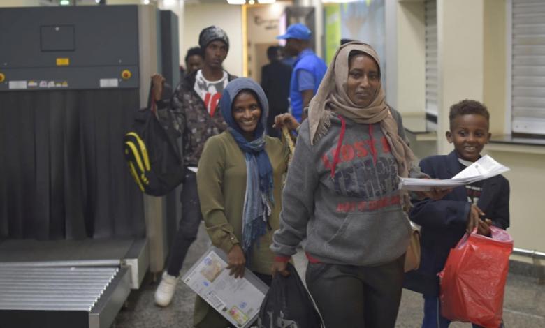 بعد احتدام الاشتباكات.. إجلاء مئات السودانيين من ليبيا