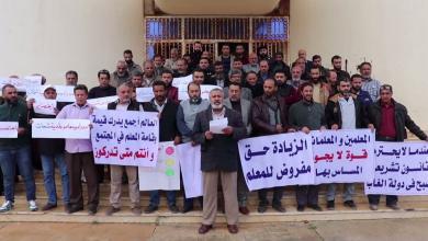 صورة معلمو شحات يطالبون بإقالة وزير التعليم