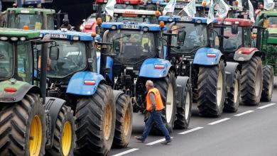 Photo of تظاهرات المزارعين تملأ شوارع باريس بالجرارات (صور)