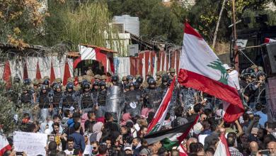Photo of لبنانيون يحتجون على تدخل أميركا بشؤون بلادهم